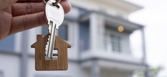 1_landlord_unlocks_house_key_new_home_real_estate_agents_sales_agents-20308136.jpg