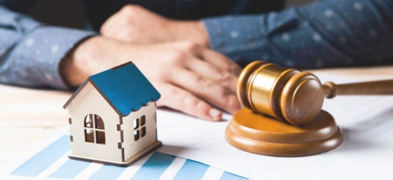 1_judge_examines_case_home_trial_concept-22001515.jpg